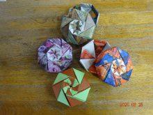 折り紙で折った色とりどりの八角形の箱が4つ写っている写真