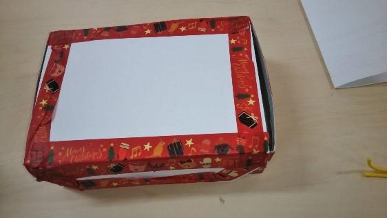 クリスマス柄の赤い色紙が貼られた小箱の写真